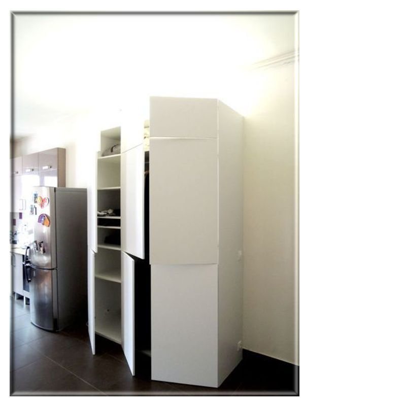 un grand meuble de salon invisible. Black Bedroom Furniture Sets. Home Design Ideas